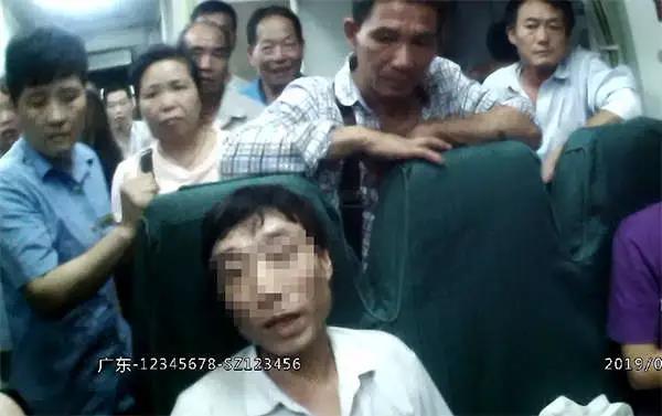 男子被乘警劝离后,居然又折返回来一屁股坐在座位上.jpg
