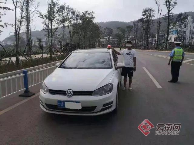 云南一私家车装警灯招摇上路1.jpg