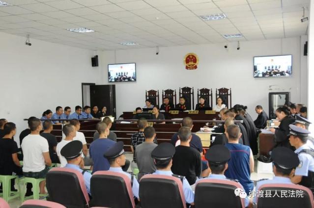 云南大理17人恶势力犯罪团伙公开受审1.jpg