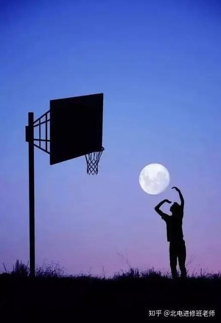 阿尔巴尼亚年轻摄影师Adrian Limani拍摄的人与月亮。.jpg