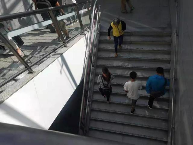 市民吐槽离云大医院最近的地铁站:没电梯、出站要爬4层楼…看病好难1.jpg