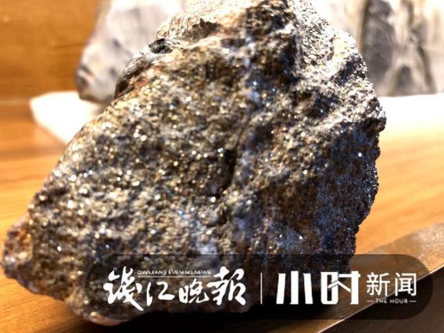 """迎着阳光看去,金光闪闪!父子捡到神秘石头,疑似""""狗头金""""?1.jpg"""