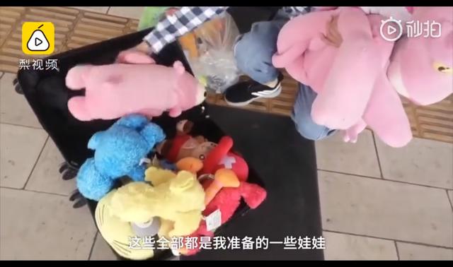 云南大四男生背40个玩偶坐火车,送给大凉山孩子和支教女老师1.png