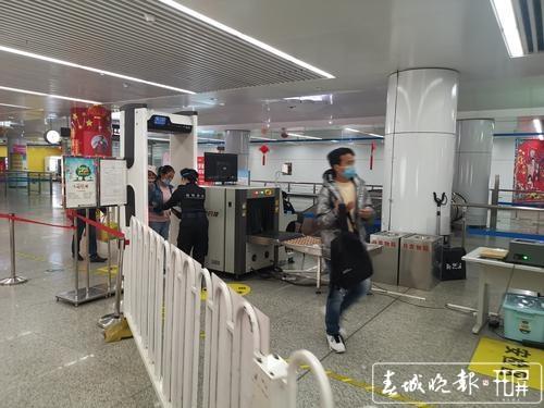 开屏新闻记者走访昆明地铁站2.jpg