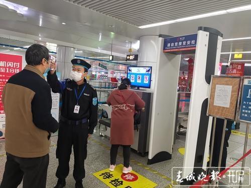 开屏新闻记者走访昆明地铁站1.jpg