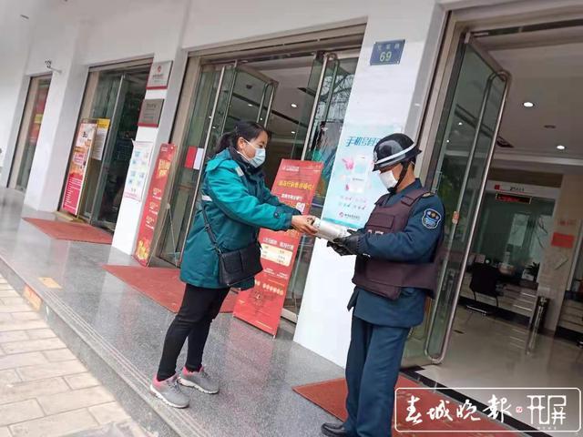 【共同战疫】曲靖罗平有个女子邮政投递班,她们坚守岗位不下火线 (4).jpg