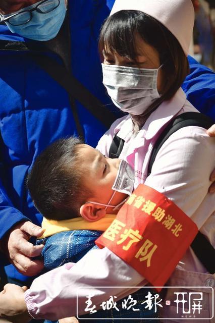 云南第二批援助湖北医疗队出征15.jpg