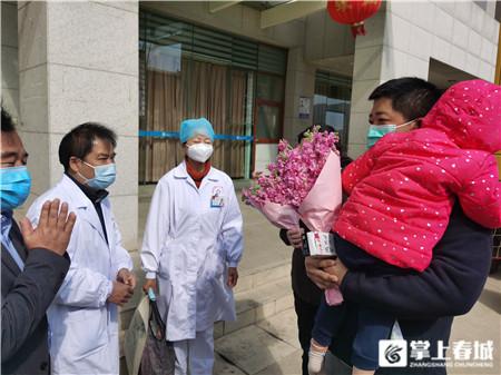 昆明市首批新型冠状病毒的肺炎患者出院2.jpg