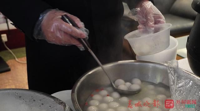 元宵节滞留丽江游客吃上热汤圆