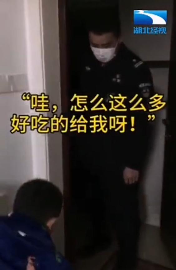 儿子笑着为特警爸爸打气后转身大哭