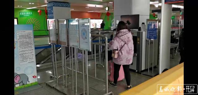昆明地铁在多处粘贴二维码供乘客扫码.jpg