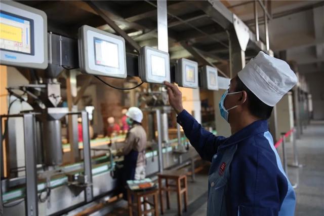 中国最大的茶企13日在西双版纳勐海复工4.jpg