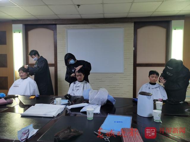 6名理发师为即将驰援湖北的医护人员免费理发