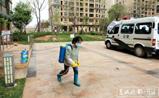 2020.3.16医大广场21栋隔离-社区人员对小区公共空间进行消毒(张扬 摄 张勇 文).jpg