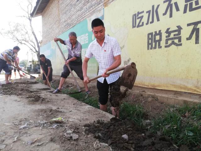 清理沟渠改善卫生环境.jpg