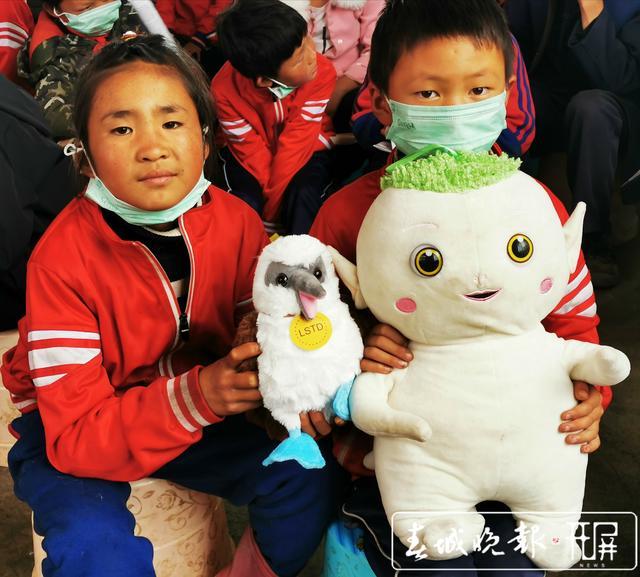 领取从上海寄来的衣物书包玩具和助学金,云南这群山里娃太开心啦! (2).jpg