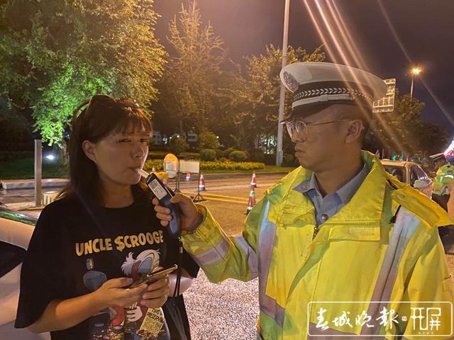 """女司机酒后遇交警夜查 3次上演""""模拟""""吹气.jpg"""
