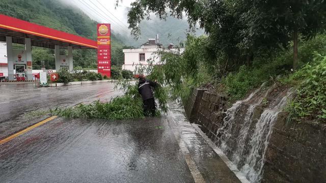 威信县交警大队抢险保通2.jpg
