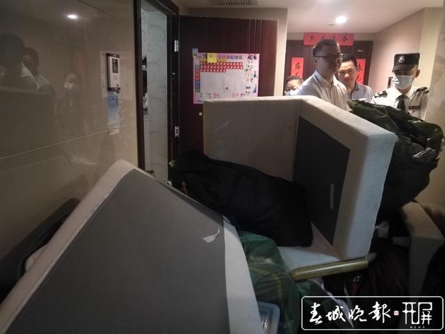"""法院强制腾房,女老赖打110报警""""求助"""" (3).jpg"""