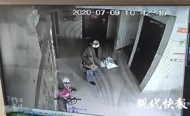 △小区公共视频显示,李倩月一个人离开了小区 李先生供图.jpg