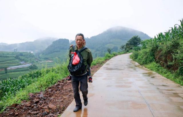 宣威一父亲6年背儿10万公里输血续命