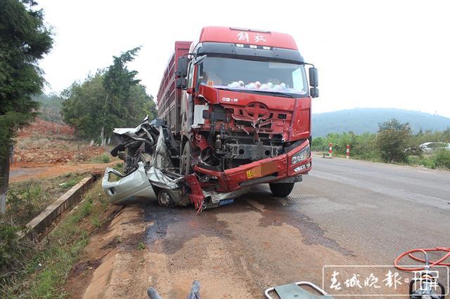 一辆重型车碾压面包车推行70余米