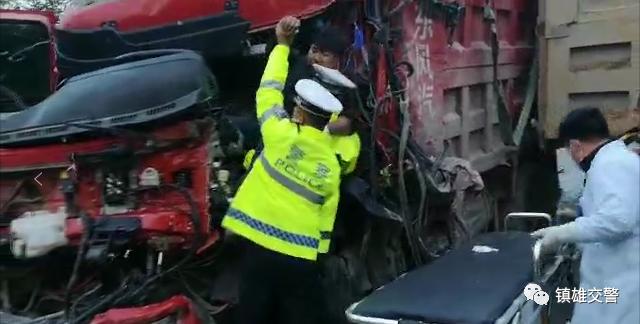 镇雄4车相撞,驾驶员被困1.png