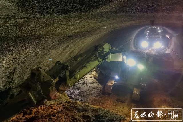 云南弥蒙铁路首座Ⅰ级高风险隧道——开远隧道贯通7.jpg