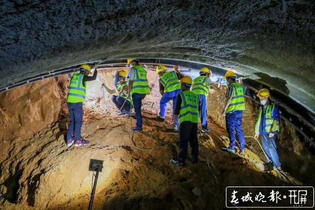 云南弥蒙铁路首座Ⅰ级高风险隧道——开远隧道贯通4.jpg