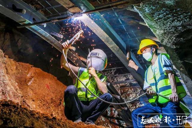 云南弥蒙铁路首座Ⅰ级高风险隧道——开远隧道贯通3.jpg