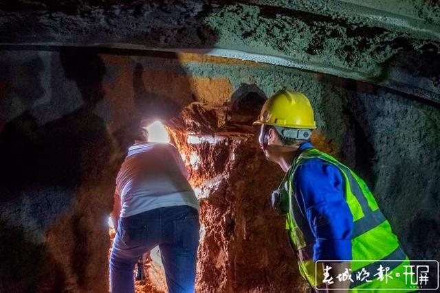云南弥蒙铁路首座Ⅰ级高风险隧道——开远隧道贯通5.jpg
