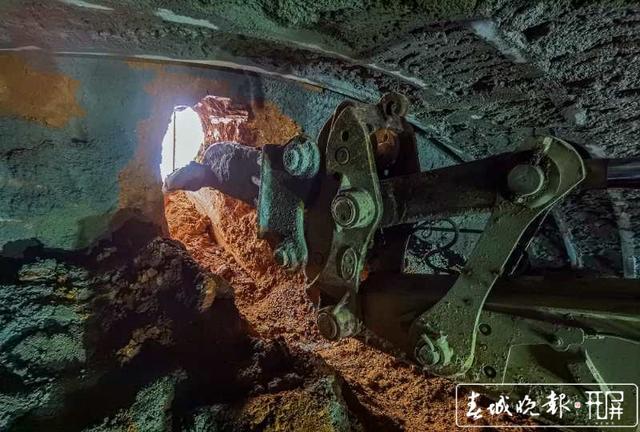 云南弥蒙铁路首座Ⅰ级高风险隧道——开远隧道贯通2.jpg