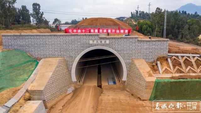 云南弥蒙铁路首座Ⅰ级高风险隧道——开远隧道贯通1.jpg