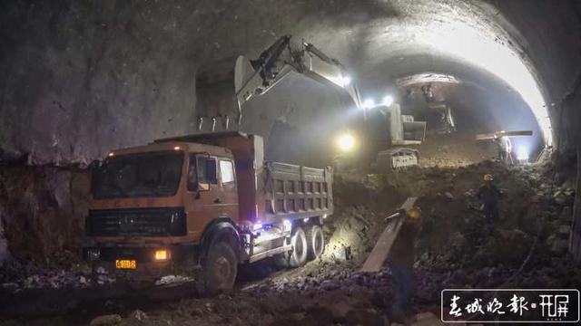 云南弥蒙铁路首座Ⅰ级高风险隧道——开远隧道贯通8.jpg