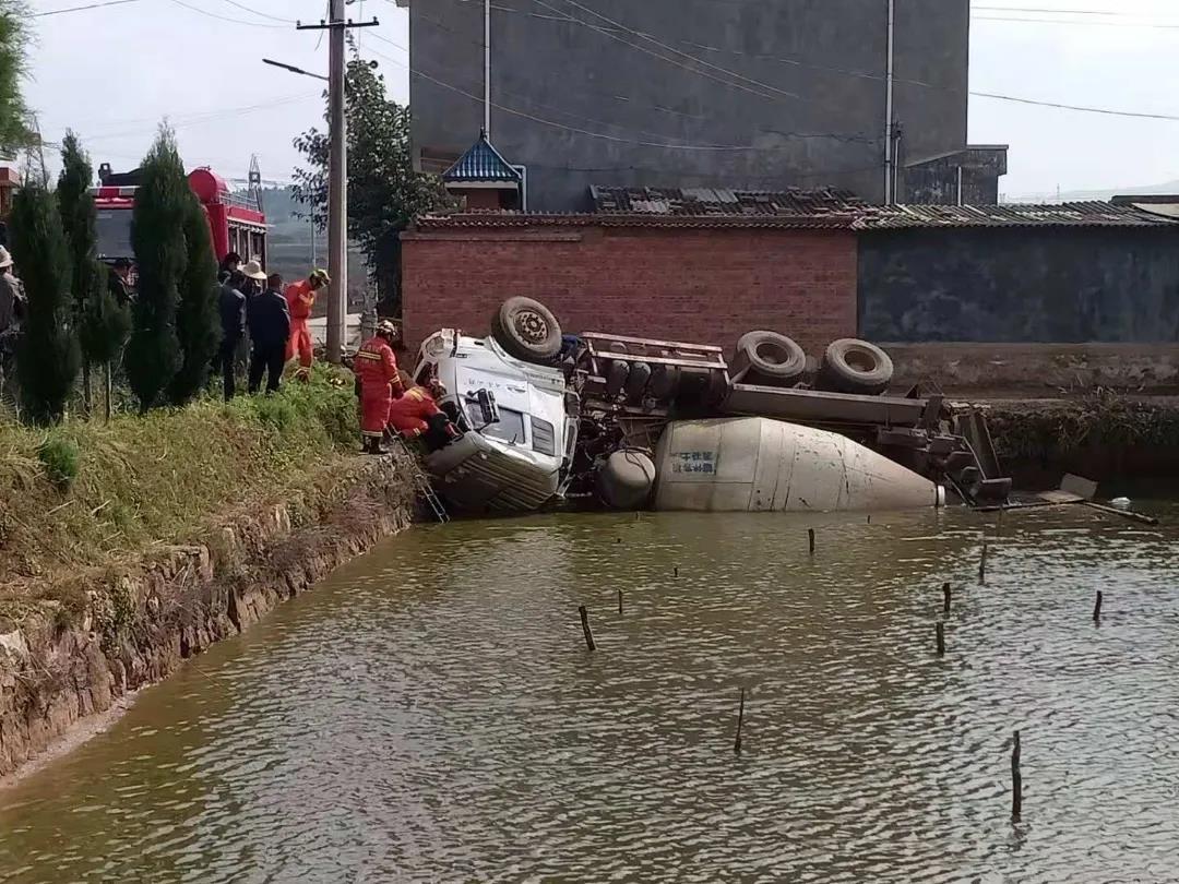 曲靖沾益 水泥罐车侧翻鱼塘 救援现场为伤患举着输液瓶的交警格外醒目…