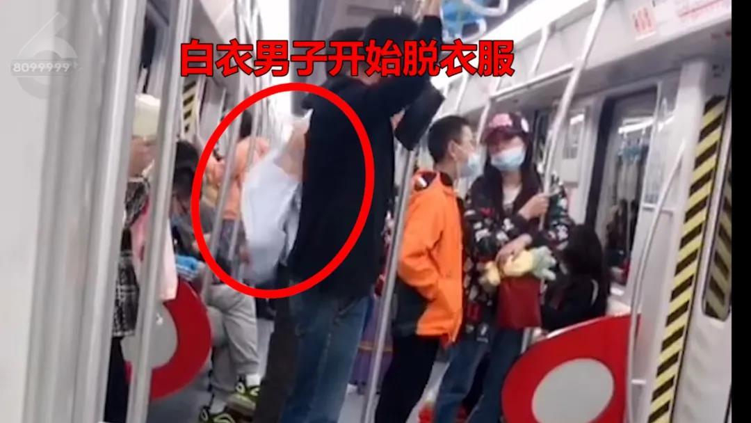 两个小伙居然在地铁上做出了这种事情!