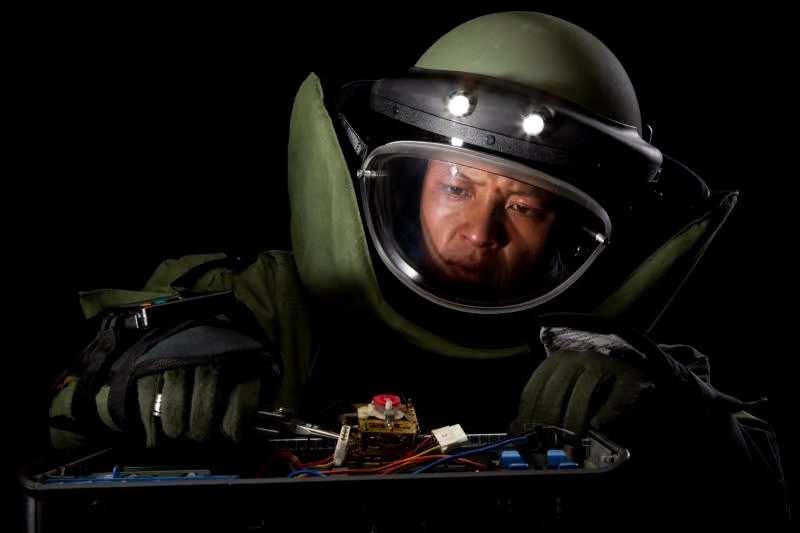"""""""拆弹专家""""贺丽远:与死神较量20多年,每年回忆拆解步骤36000遍...."""