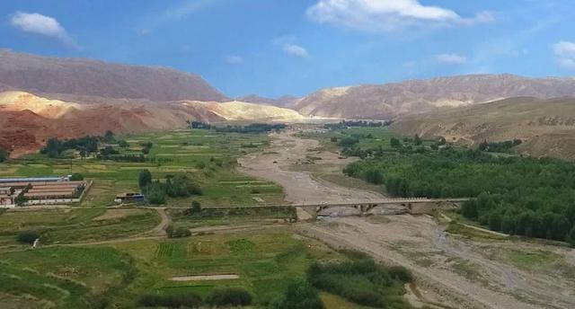 河西走廊东端,祁连山北麓和腾格里沙漠南源,交汇出一个美丽的地方——古浪。