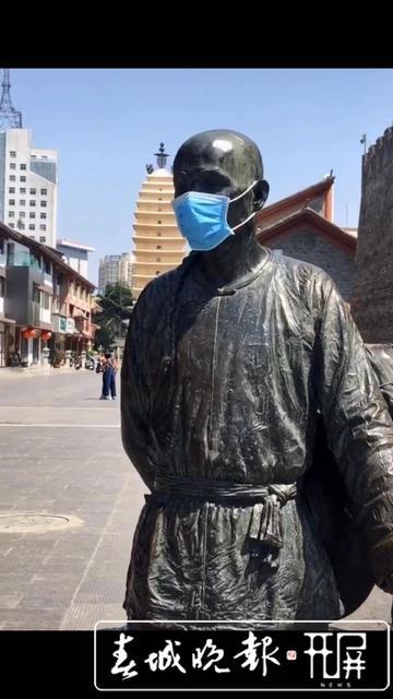 昆明市中心铜像被戴上口罩 刘嘉 实习生 穆华芳 肖睿 摄