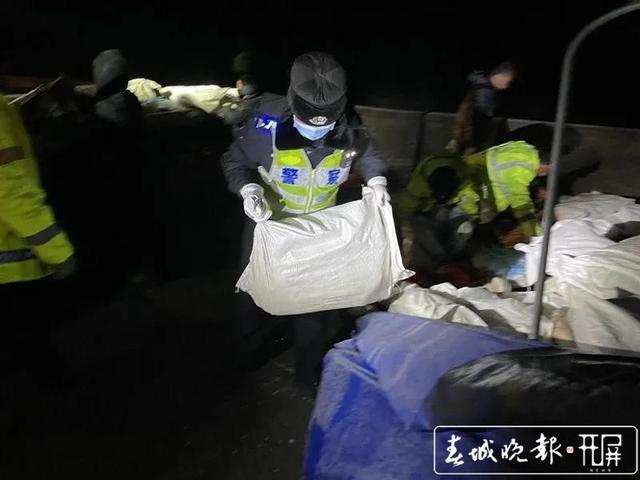 10吨冻猪油散落一地!曲靖交警徒手转移 警方供图