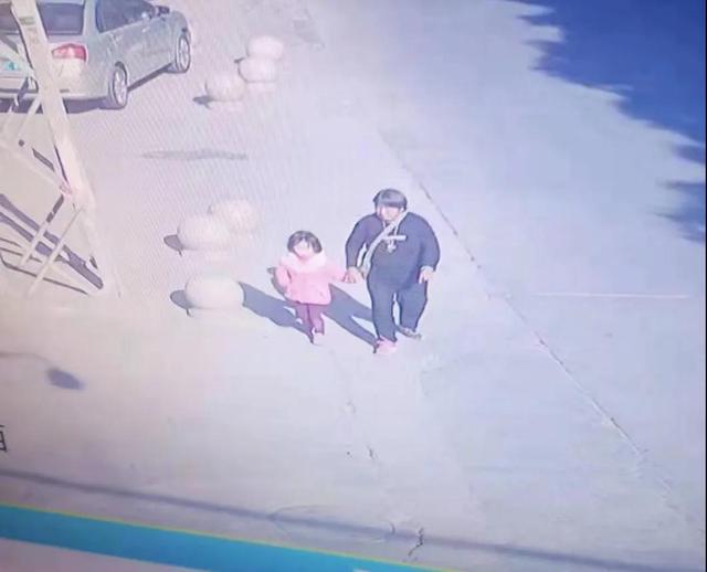 头发被剪衣服被换 泉州5岁女童失踪7小时后被陌生女子送回2.jpg