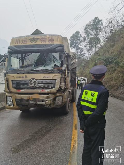 谨慎驾车!盐津:微型车撞上大货车,不幸1死2伤(春城晚报-开屏新闻记者 申时勋 摄影报道