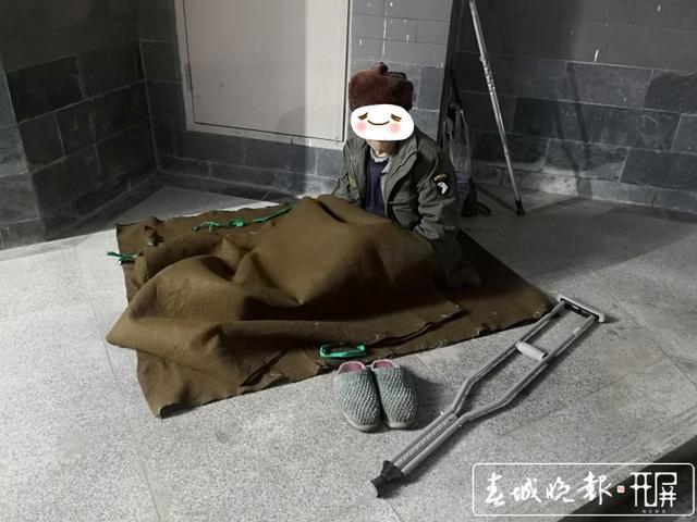 """看到""""空巢""""老人冬夜蜷缩睡在路边,腾冲民警的这个做法太暖了! 崔敏 通讯员 段宇明 摄"""