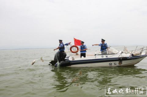 使用自制的电鱼器非法捕捞被抓 (1).png