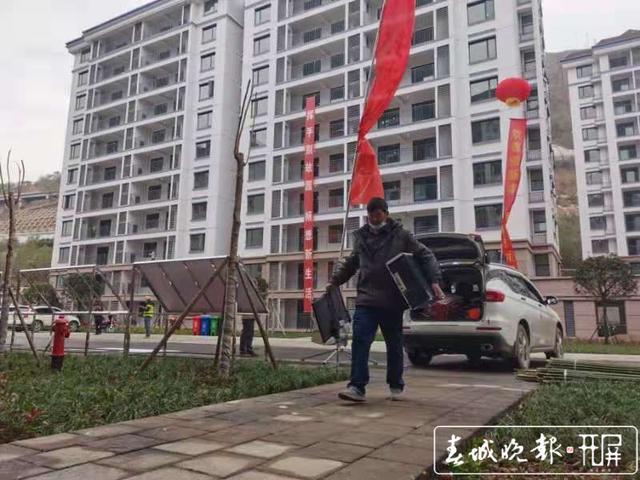 白鹤滩水电站巧家库区5万移民开始搬新家 (1).jpg
