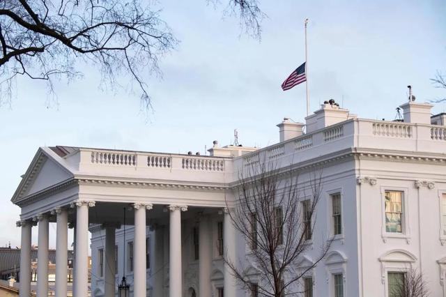 美国50万人感染新冠病毒离世!白宫降半旗哀悼(华尔街日报)