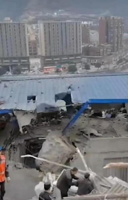 四川峨边县巨石滚落砸毁多间民房 3人受伤,无生命危险.jpeg