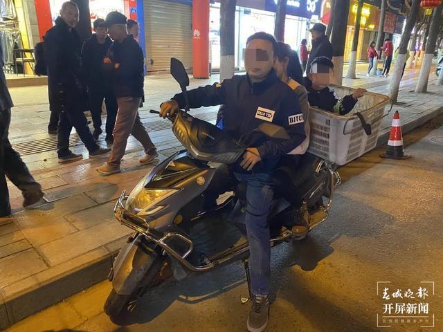 电动车超员(春城晚报-开屏新闻记者 刘嘉 摄)