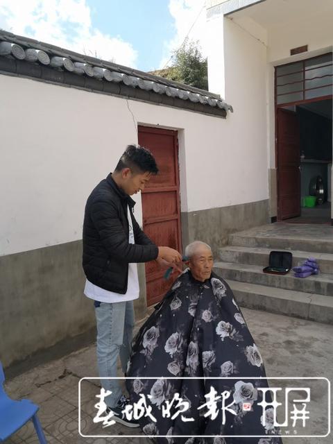 志愿者张仕钧 :做一天好事不难,难的是坚持32年做好事 (9).jpg