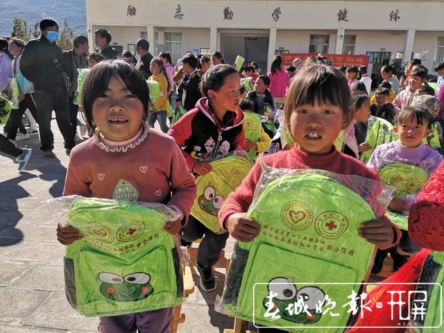 志愿者张仕钧 :做一天好事不难,难的是坚持32年做好事.jpg